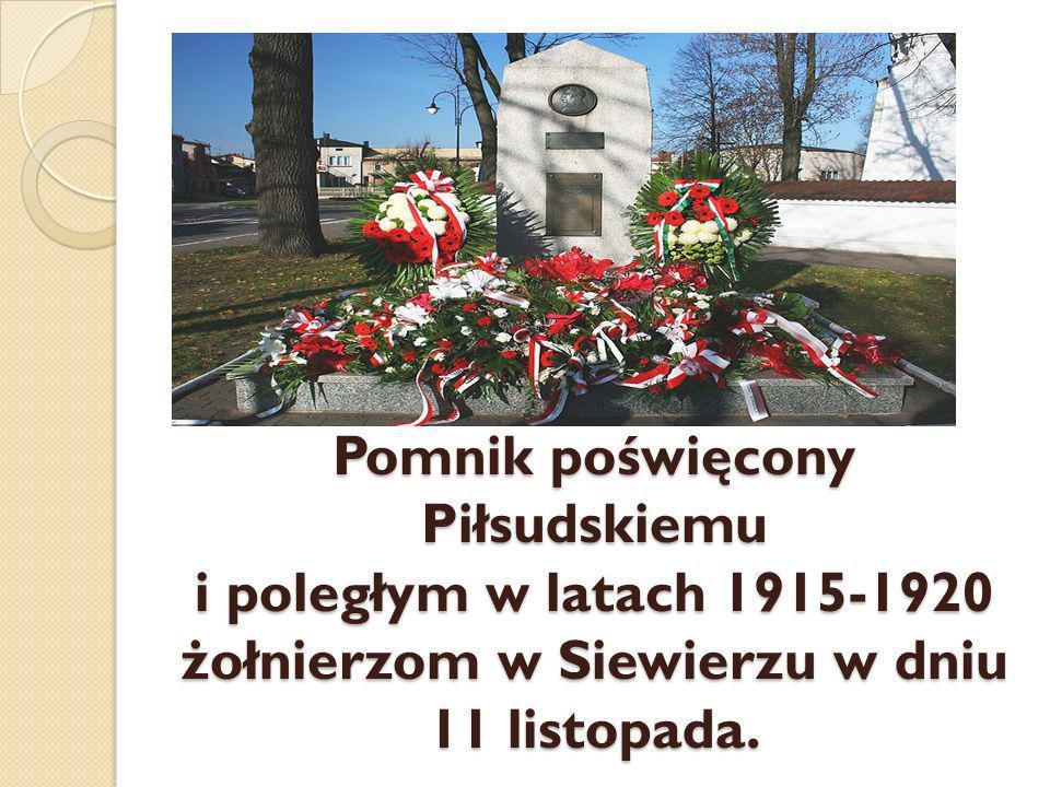 Pomnik poświęcony Piłsudskiemu i poległym w latach 1915-1920 żołnierzom w Siewierzu w dniu 11 listopada.