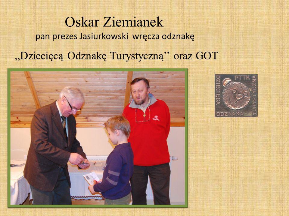 Oskar Ziemianek pan prezes Jasiurkowski wręcza odznakę,,Dziecięcą Odznakę Turystyczną oraz GOT