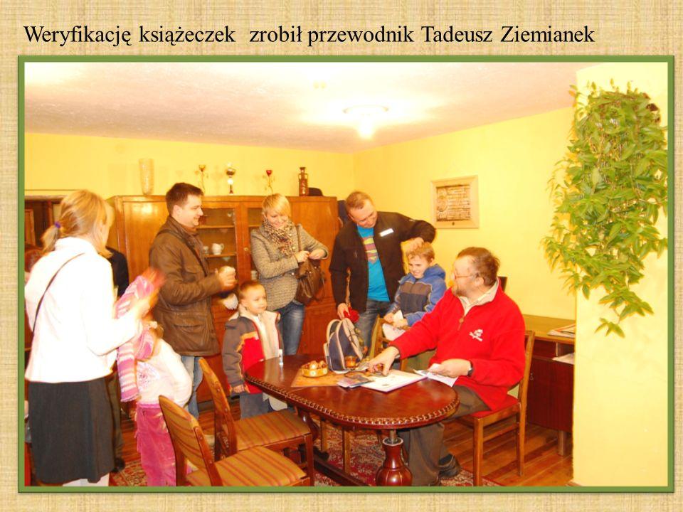 Weryfikację książeczek zrobił przewodnik Tadeusz Ziemianek