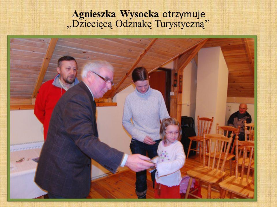 Agnieszka Wysocka otrzymuje,,Dziecięcą Odznakę Turystyczną