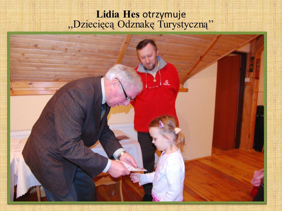 Lidia Hes otrzymuje,,Dziecięcą Odznakę Turystyczną