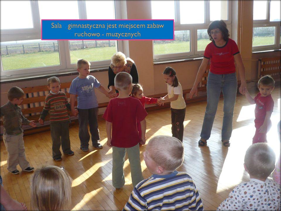 Sala gimnastyczna jest miejscem zabaw ruchowo - muzycznych