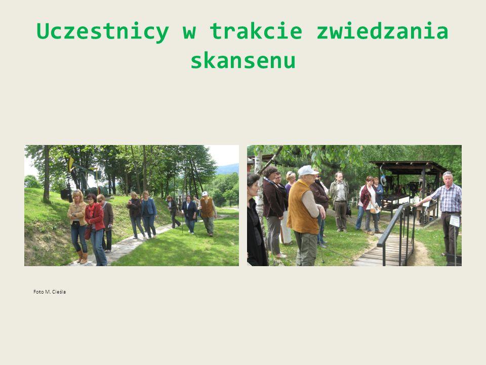 Uczestnicy w trakcie zwiedzania skansenu Foto M. Cieśla