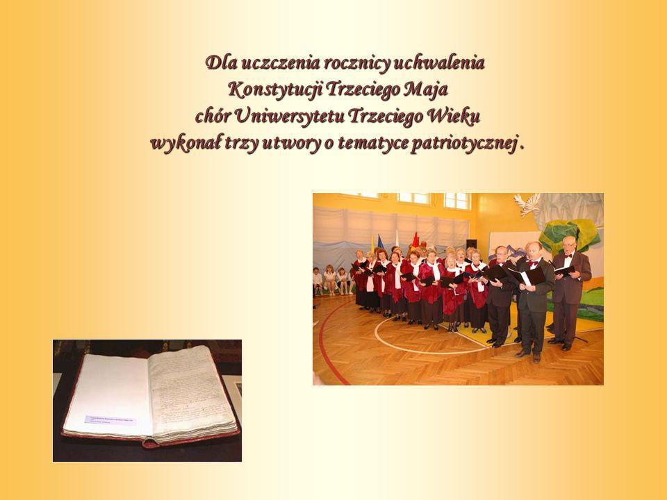 Dla uczczenia rocznicy uchwalenia Konstytucji Trzeciego Maja chór Uniwersytetu Trzeciego Wieku wykonał trzy utwory o tematyce patriotycznej.