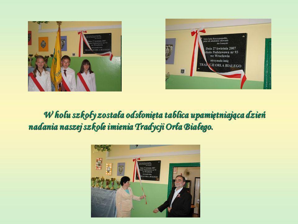 W holu szkoły została odsłonięta tablica upamiętniająca dzień nadania naszej szkole imienia Tradycji Orła Białego.