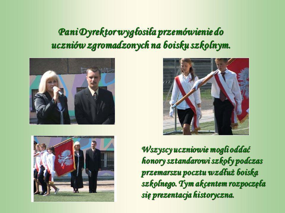 Pani Dyrektor wygłosiła przemówienie do uczniów zgromadzonych na boisku szkolnym.