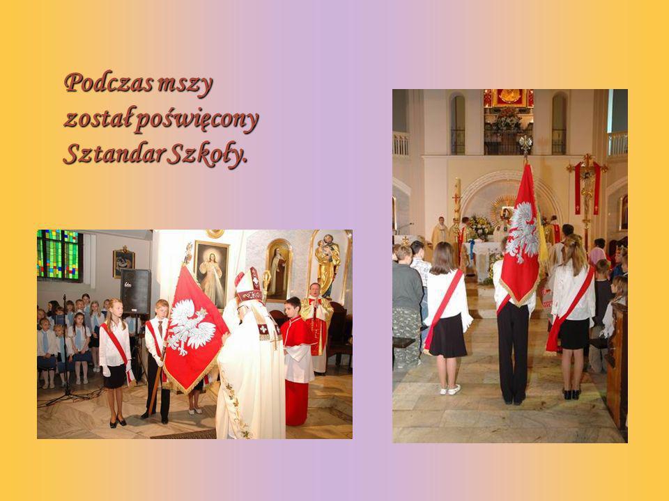 Podczas mszy został poświęcony Sztandar Szkoły.