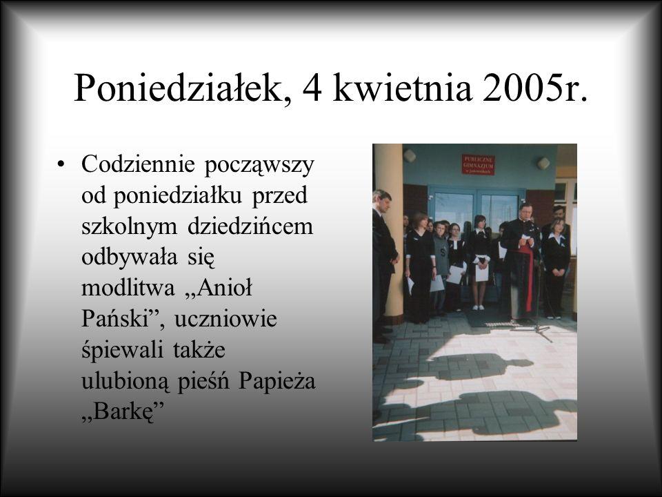 Poniedziałek, 4 kwietnia 2005r. Codziennie począwszy od poniedziałku przed szkolnym dziedzińcem odbywała się modlitwa Anioł Pański, uczniowie śpiewali