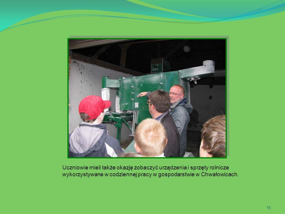 15 Uczniowie mieli także okazję zobaczyć urządzenia i sprzęty rolnicze wykorzystywane w codziennej pracy w gospodarstwie w Chwałowicach.