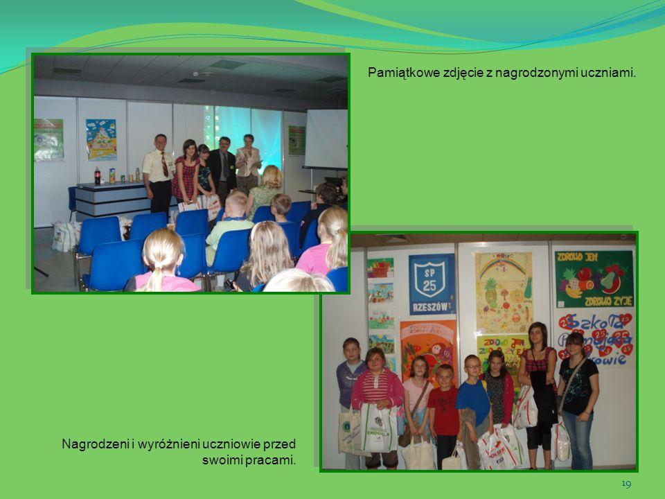 19 Pamiątkowe zdjęcie z nagrodzonymi uczniami. Nagrodzeni i wyróżnieni uczniowie przed swoimi pracami.