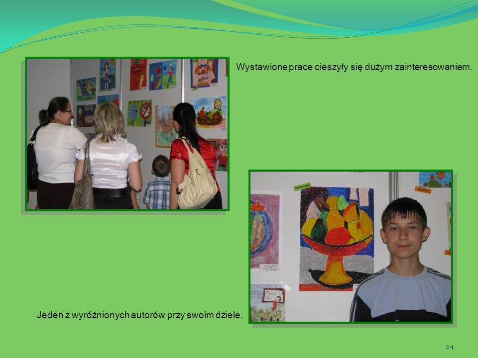 24 Wystawione prace cieszyły się dużym zainteresowaniem. Jeden z wyróżnionych autorów przy swoim dziele.