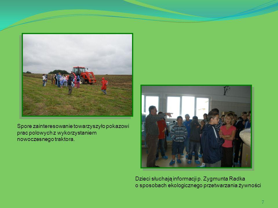7 Spore zainteresowanie towarzyszyło pokazowi prac polowych z wykorzystaniem nowoczesnego traktora. Dzieci słuchają informacji p. Zygmunta Radka o spo