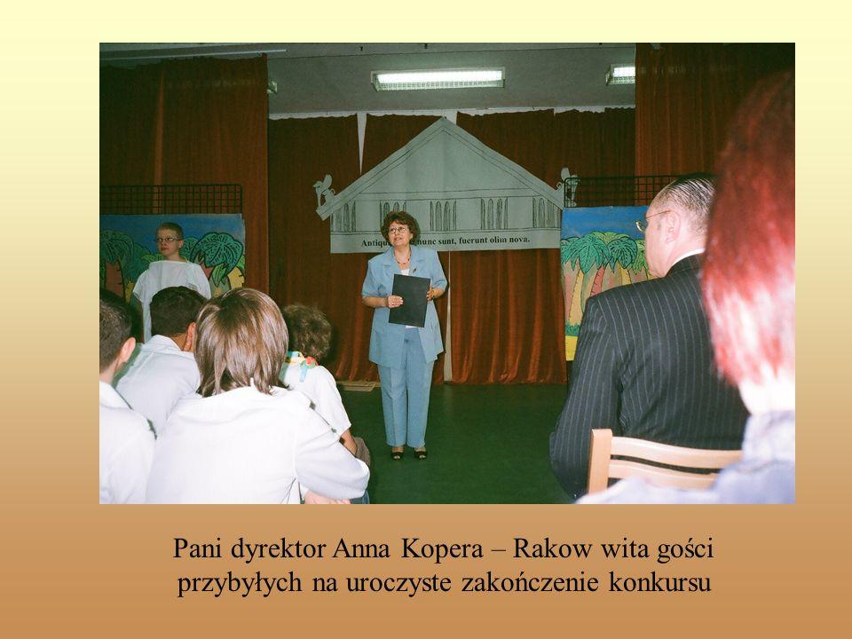 Pani dyrektor Anna Kopera – Rakow wita gości przybyłych na uroczyste zakończenie konkursu
