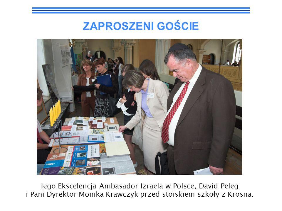 ZAPROSZENI GOŚCIE Jego Ekscelencja Ambasador Izraela w Polsce, David Peleg i Pani Dyrektor Monika Krawczyk przed stoiskiem szkoły z Krosna.