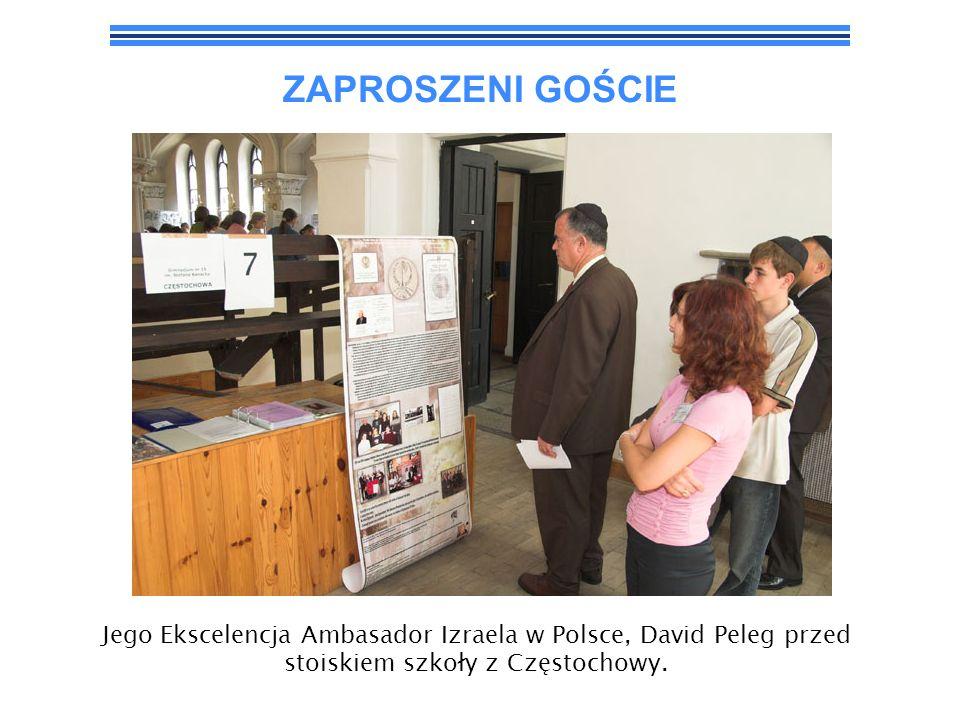 ZAPROSZENI GOŚCIE Jego Ekscelencja Ambasador Izraela w Polsce, David Peleg przed stoiskiem szkoły z Częstochowy.