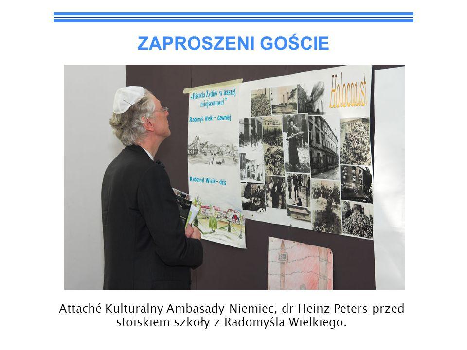 ZAPROSZENI GOŚCIE Attaché Kulturalny Ambasady Niemiec, dr Heinz Peters przed stoiskiem szkoły z Radomyśla Wielkiego.