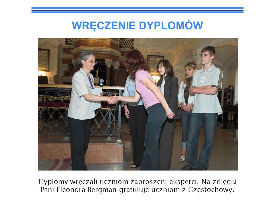 WRĘCZENIE DYPLOMÓW Dyplomy wręczali uczniom zaproszeni eksperci. Na zdjęciu Pani Eleonora Bergman gratuluje uczniom z Częstochowy.
