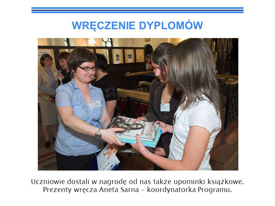 WRĘCZENIE DYPLOMÓW Uczniowie dostali w nagrodę od nas także upominki książkowe. Prezenty wręcza Aneta Sarna – koordynatorka Programu.