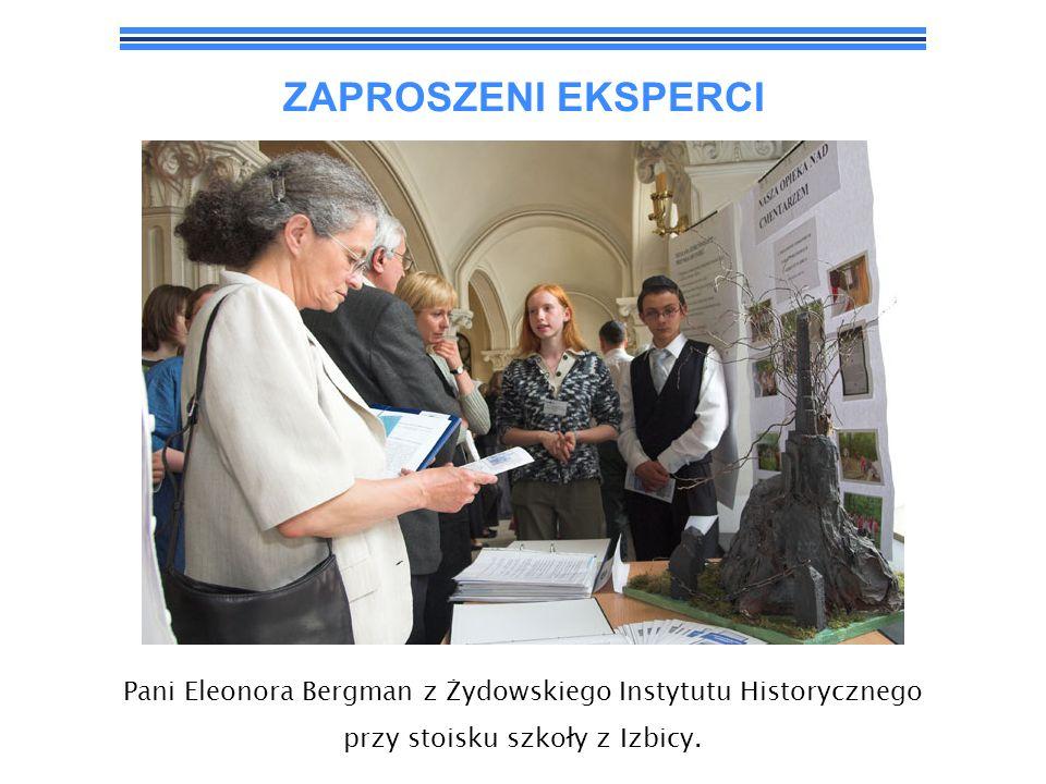 ZAPROSZENI EKSPERCI Pani Eleonora Bergman z Żydowskiego Instytutu Historycznego przy stoisku uczniów z Lubaczowa.