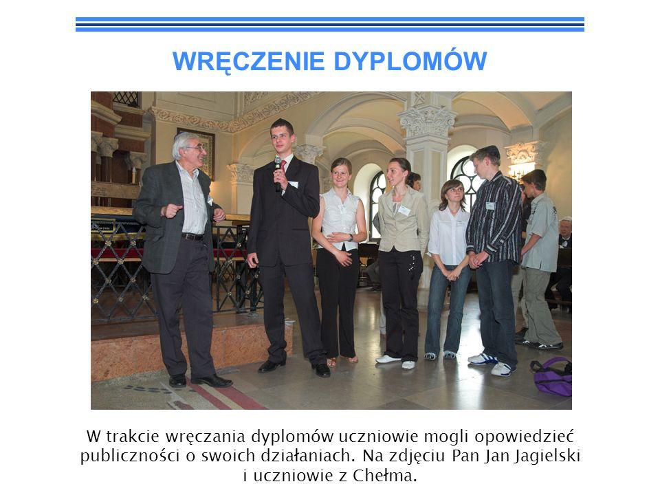 WRĘCZENIE DYPLOMÓW W trakcie wręczania dyplomów uczniowie mogli opowiedzieć publiczności o swoich działaniach. Na zdjęciu Pan Jan Jagielski i uczniowi