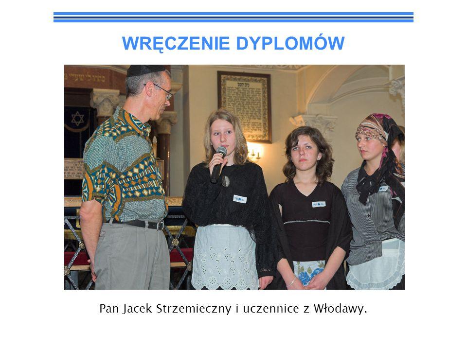 WRĘCZENIE DYPLOMÓW Pan Jacek Strzemieczny i uczennice z Włodawy.