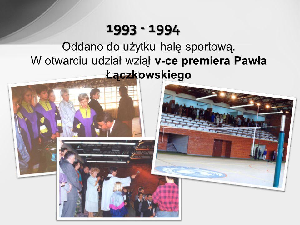 1993 - 1994 Oddano do użytku halę sportową.