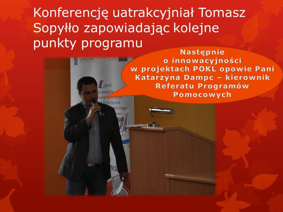 Konferencję uatrakcyjniał Tomasz Sopyłło zapowiadając kolejne punkty programu