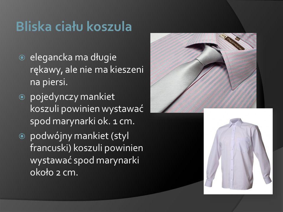Bliska ciału koszula elegancka ma długie rękawy, ale nie ma kieszeni na piersi. pojedynczy mankiet koszuli powinien wystawać spod marynarki ok. 1 cm.