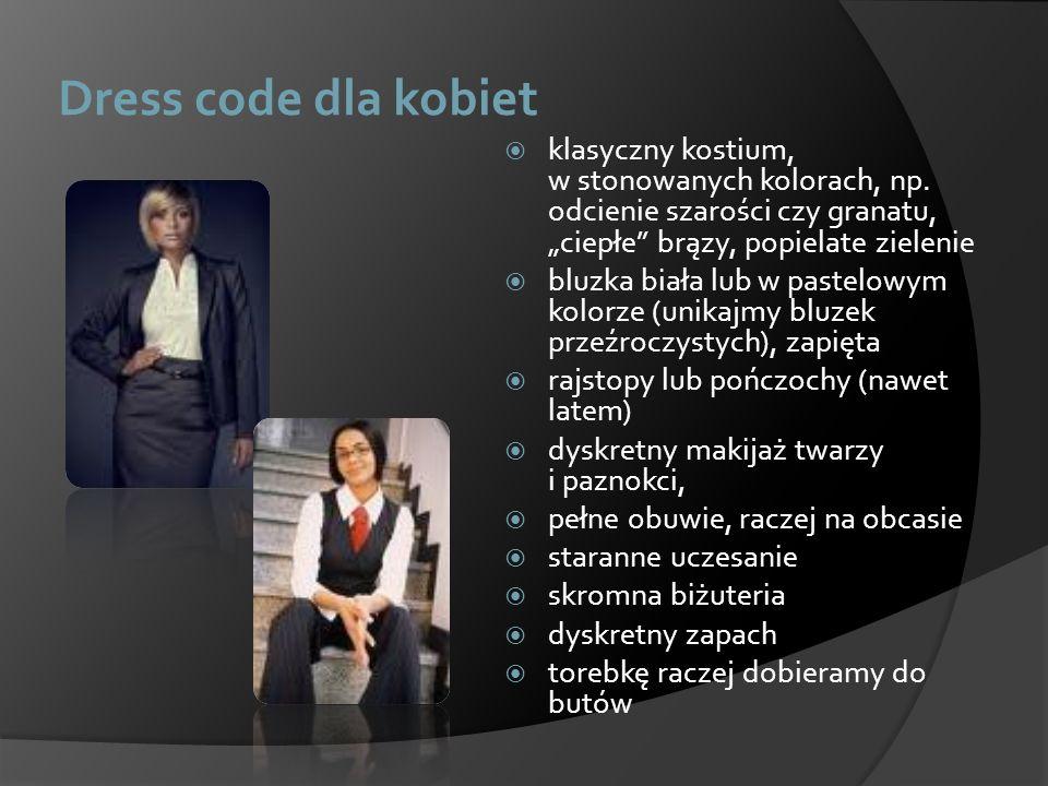 Dress code dla kobiet klasyczny kostium, w stonowanych kolorach, np. odcienie szarości czy granatu, ciepłe brązy, popielate zielenie bluzka biała lub