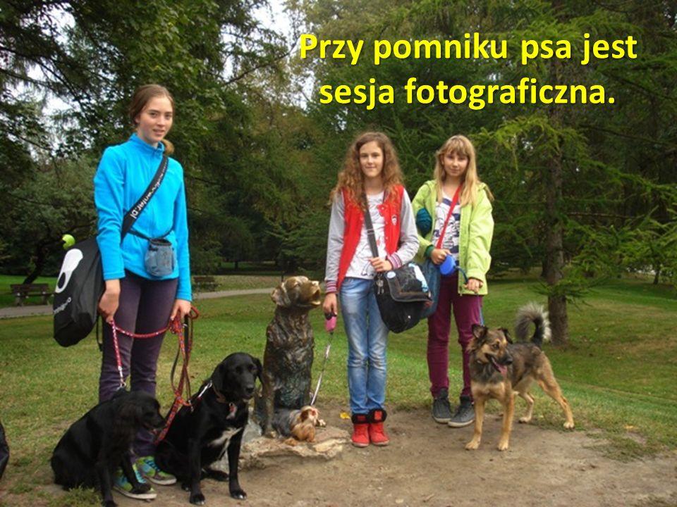 Przy pomniku psa jest sesja fotograficzna.