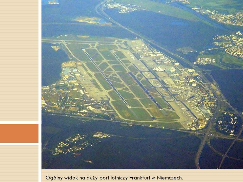 Ogólny widok na duży port lotniczy Frankfurt w Niemczech.