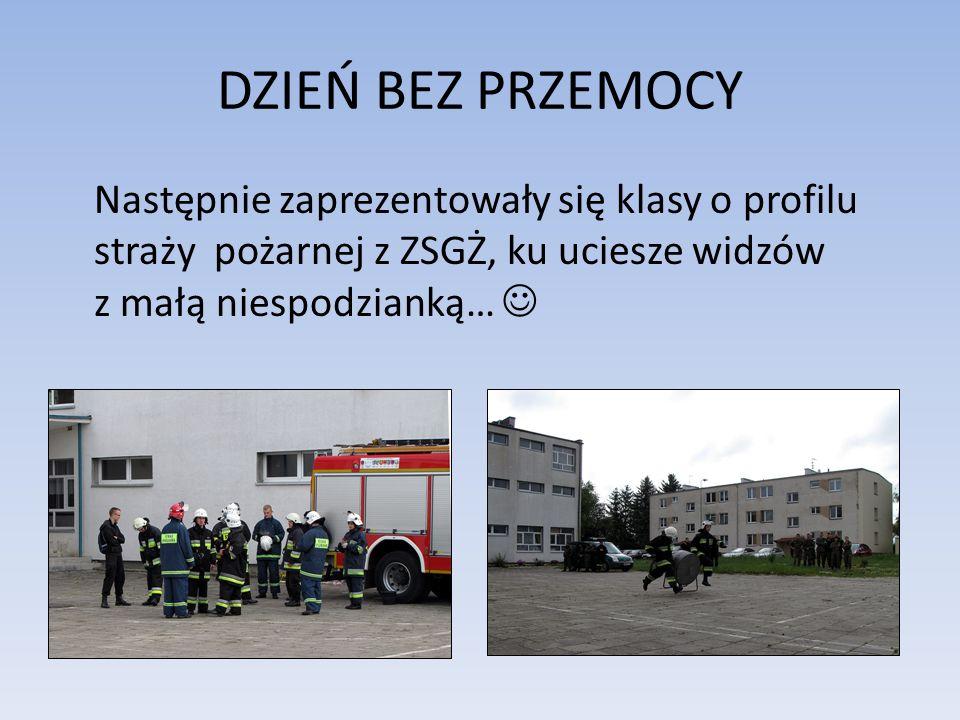 DZIEŃ BEZ PRZEMOCY Następnie zaprezentowały się klasy o profilu straży pożarnej z ZSGŻ, ku uciesze widzów z małą niespodzianką…