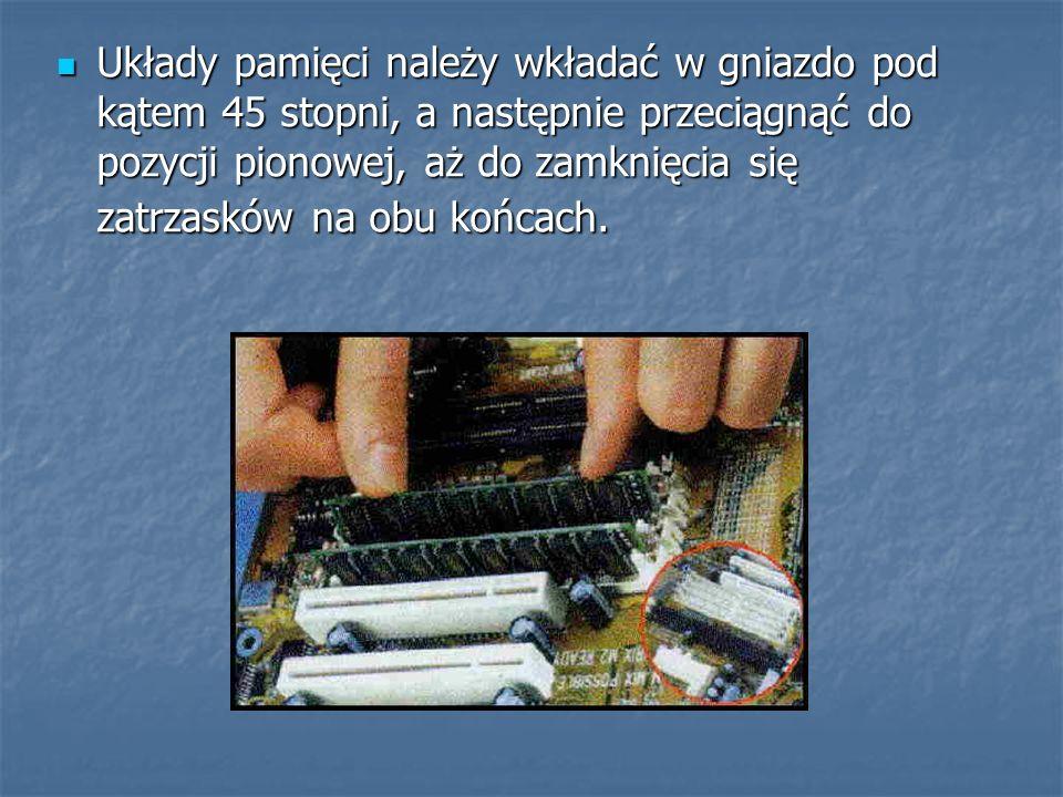 Układy pamięci należy wkładać w gniazdo pod kątem 45 stopni, a następnie przeciągnąć do pozycji pionowej, aż do zamknięcia się zatrzasków na obu końca