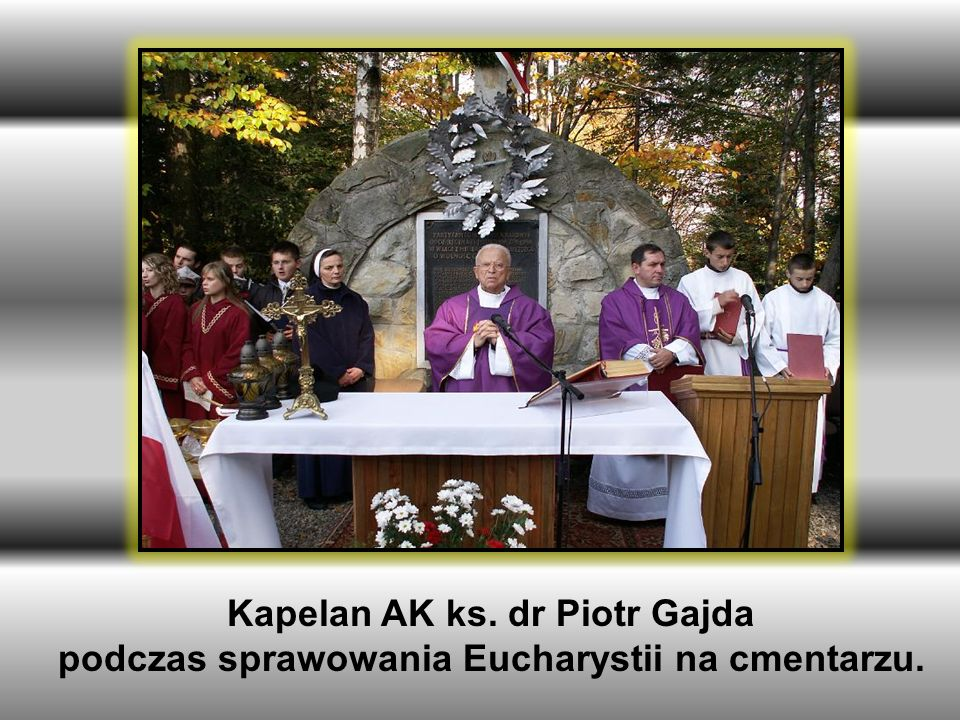 Kapelan AK ks. dr Piotr Gajda podczas sprawowania Eucharystii na cmentarzu.