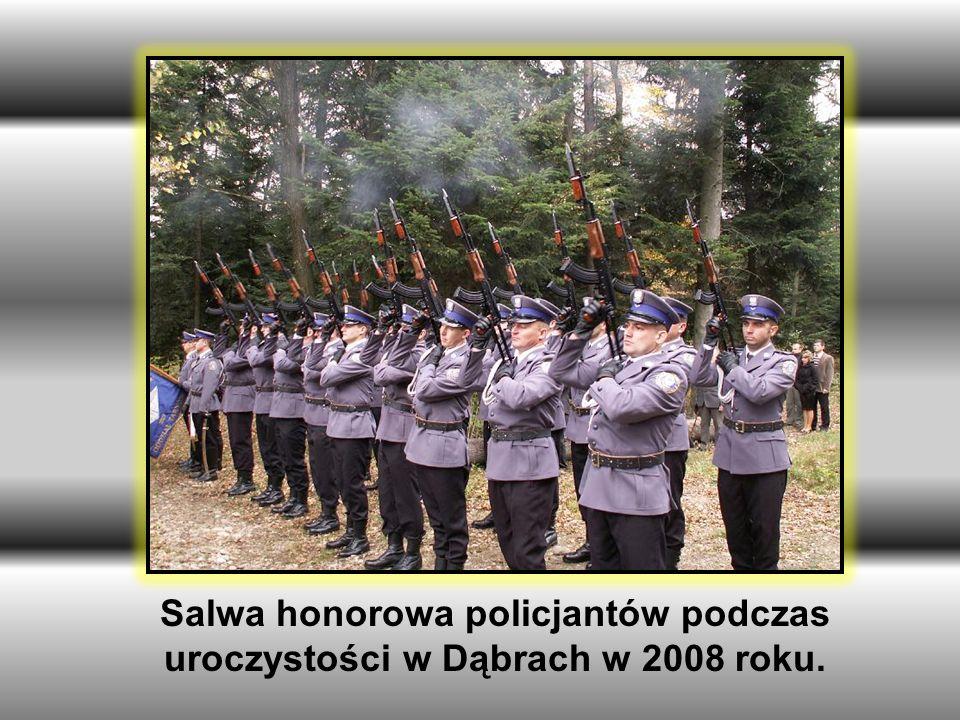 Salwa honorowa policjantów podczas uroczystości w Dąbrach w 2008 roku.