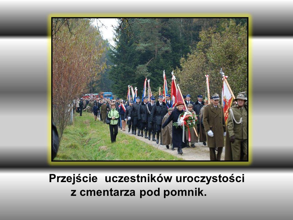 Przejście uczestników uroczystości z cmentarza pod pomnik.