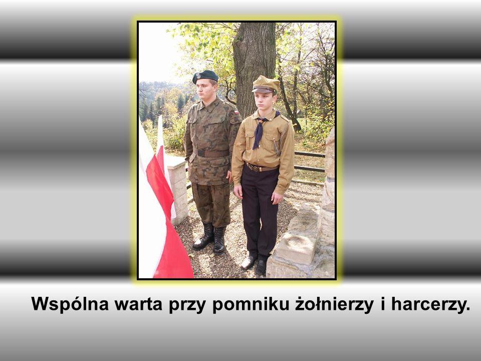 Wspólna warta przy pomniku żołnierzy i harcerzy.