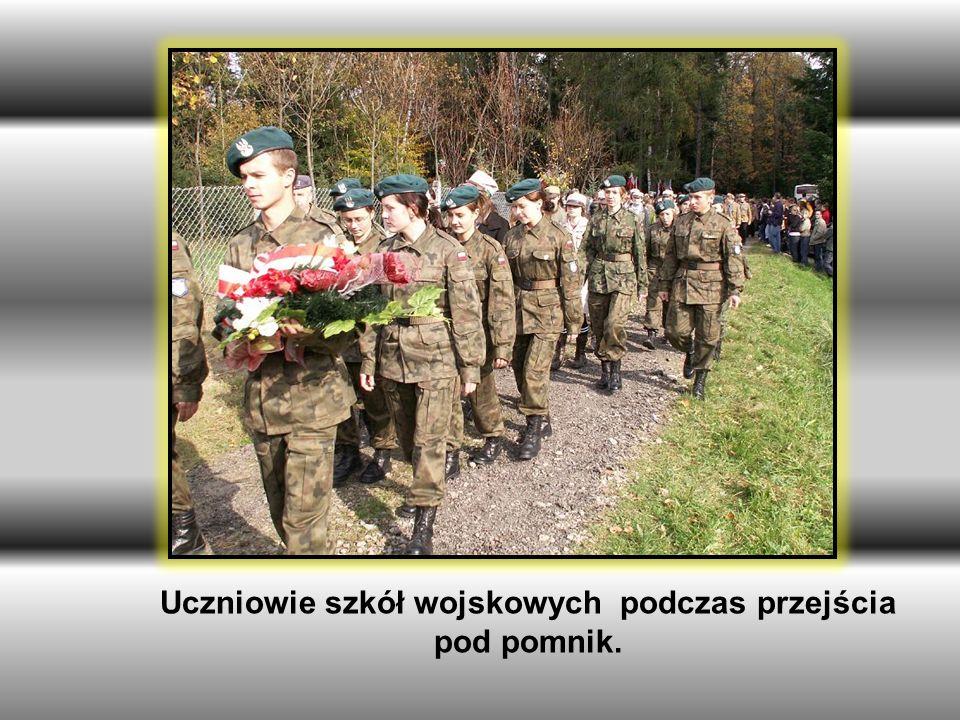 Uczniowie szkół wojskowych podczas przejścia pod pomnik.
