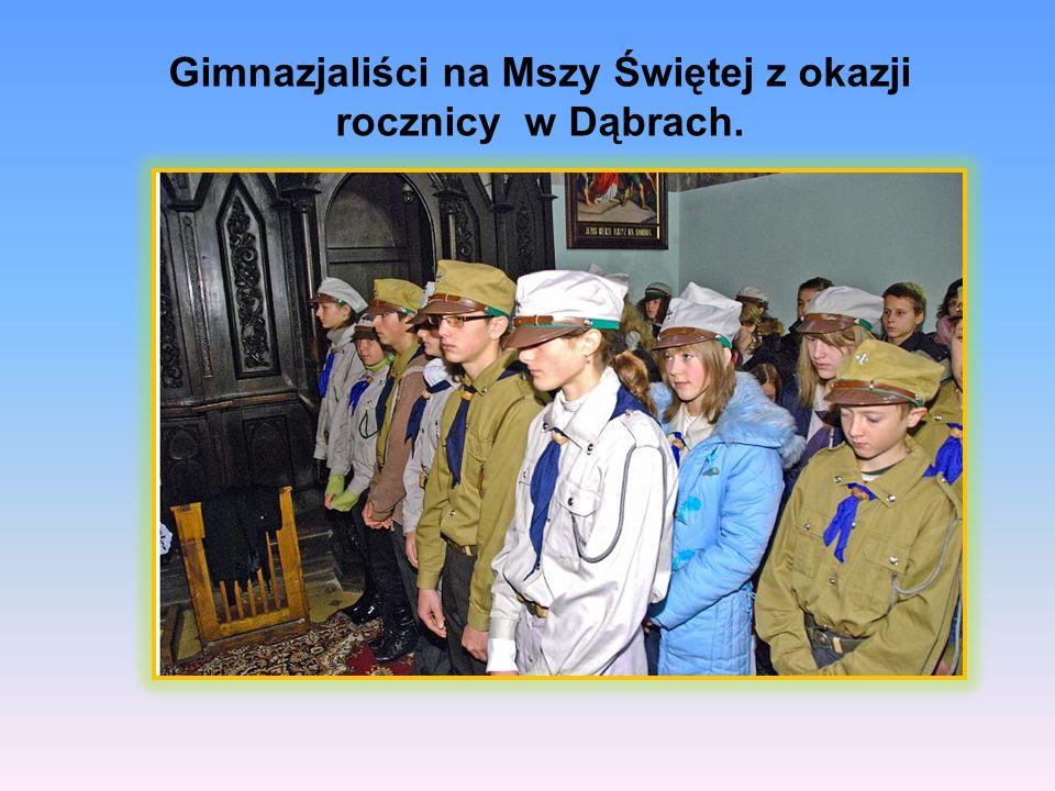 Gimnazjaliści na Mszy Świętej z okazji rocznicy w Dąbrach.