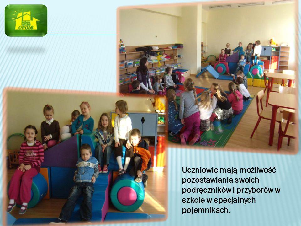 Uczniowie mają możliwość pozostawiania swoich podręczników i przyborów w szkole w specjalnych pojemnikach.