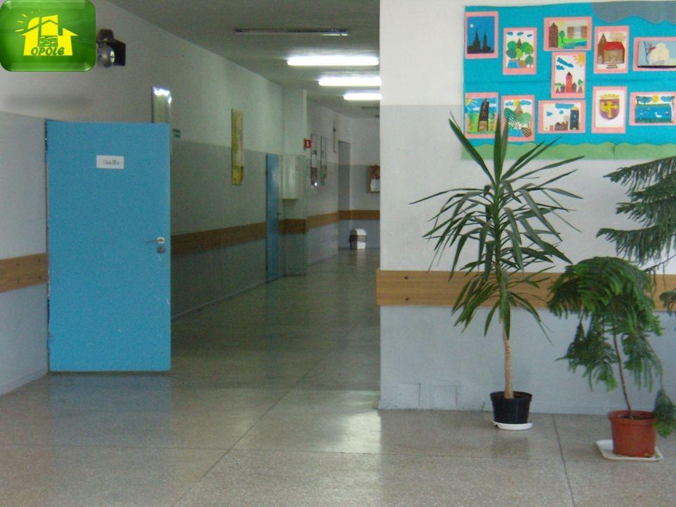 Dostosowanie świetlicy szkolnej dla dzieci sześcioletnich – bezpieczne meble, wykładziny dywanowe, telewizor, wideofon.