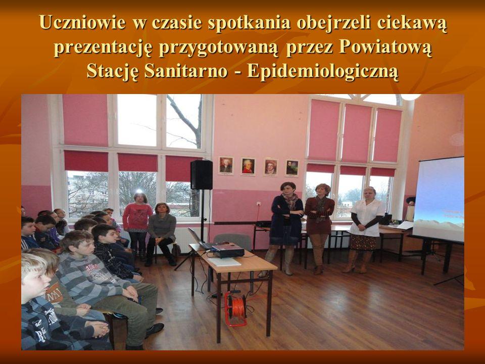 Uczniowie w czasie spotkania obejrzeli ciekawą prezentację przygotowaną przez Powiatową Stację Sanitarno - Epidemiologiczną