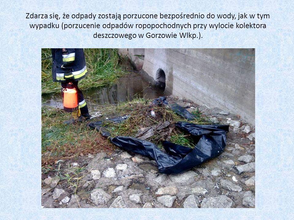 Zdarza się, że odpady zostają porzucone bezpośrednio do wody, jak w tym wypadku (porzucenie odpadów ropopochodnych przy wylocie kolektora deszczowego