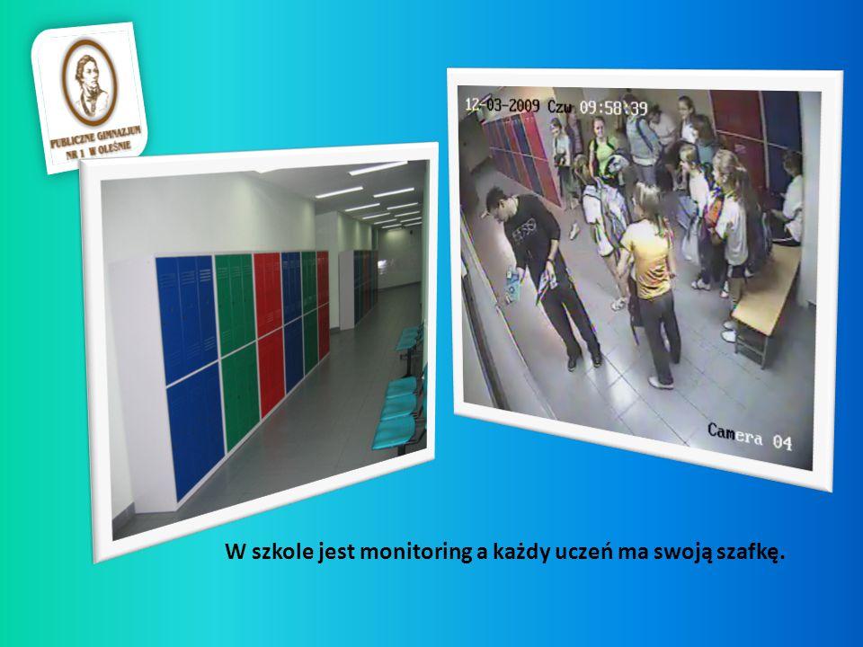 W szkole jest monitoring a każdy uczeń ma swoją szafkę.