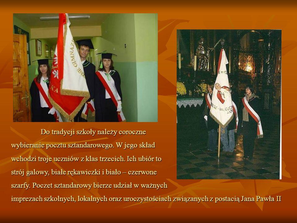 Do tradycji szkoły należy coroczne wybieranie pocztu sztandarowego. W jego skład wchodzi troje uczniów z klas trzecich. Ich ubiór to strój galowy, bia