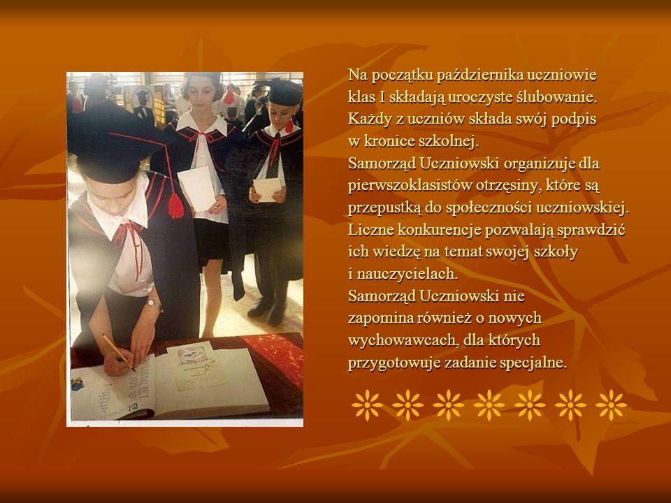 Na początku października uczniowie klas I składają uroczyste ślubowanie. Każdy z uczniów składa swój podpis w kronice szkolnej. Samorząd Uczniowski or