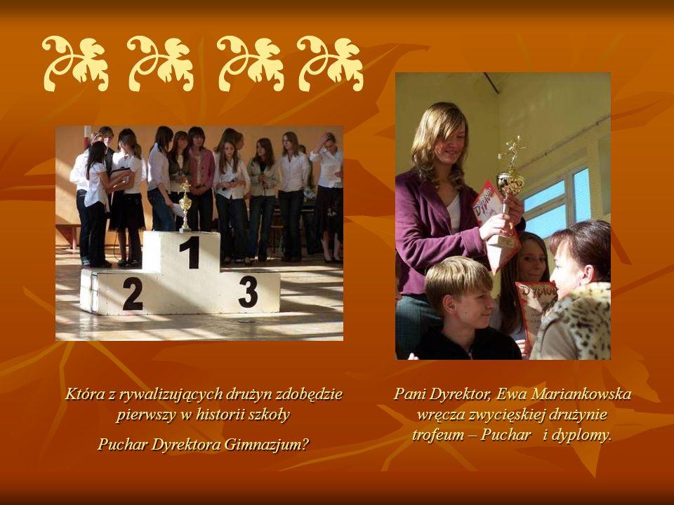 Która z rywalizujących drużyn zdobędzie pierwszy w historii szkoły Puchar Dyrektora Gimnazjum? Pani Dyrektor, Ewa Mariankowska wręcza zwycięskiej druż
