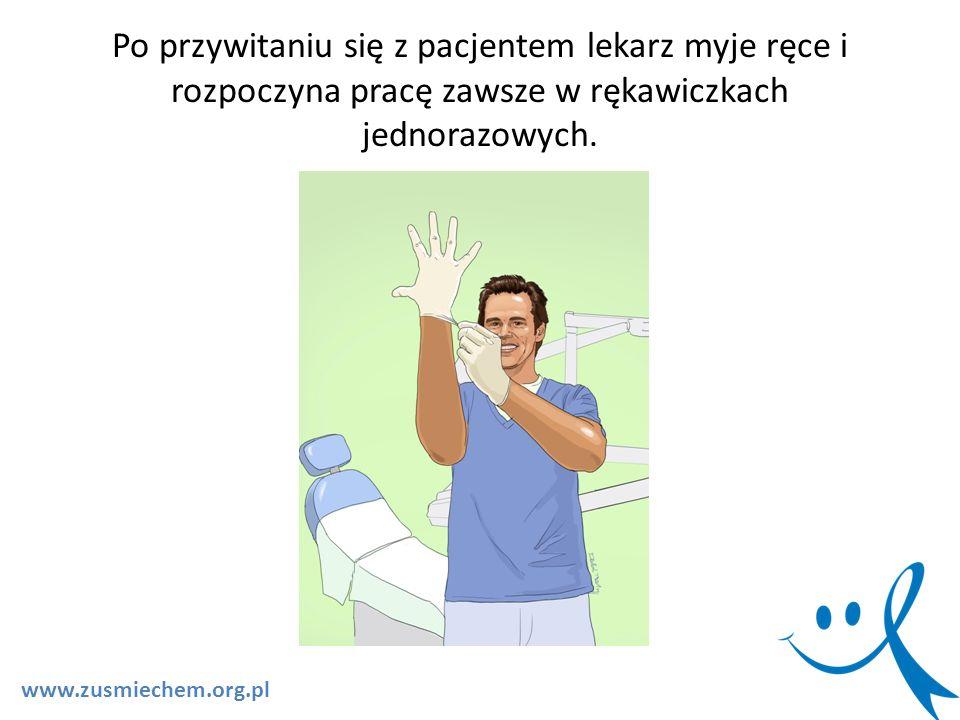 Po przywitaniu się z pacjentem lekarz myje ręce i rozpoczyna pracę zawsze w rękawiczkach jednorazowych. www.zusmiechem.org.pl