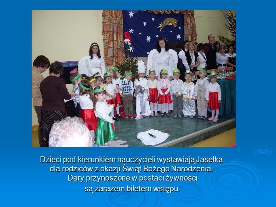 Dzieci pod kierunkiem nauczycieli wystawiają Jasełka dla rodziców z okazji Świąt Bożego Narodzenia. Dary przynoszone w postaci żywności są zarazem bil