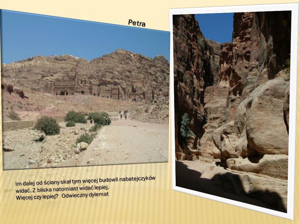 Petra Im dalej od ściany skał tym więcej budowli nabatejczyków widać.